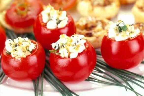 Φτιάξτε ντοματίνια γεμιστά με φέτα και βασιλικό