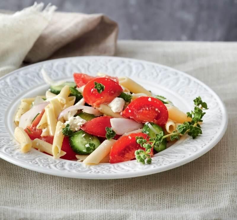 Πένες με σάλτσα «χωριάτικη» σαλάτας